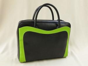 アップルグリーンと黒の革バッグ