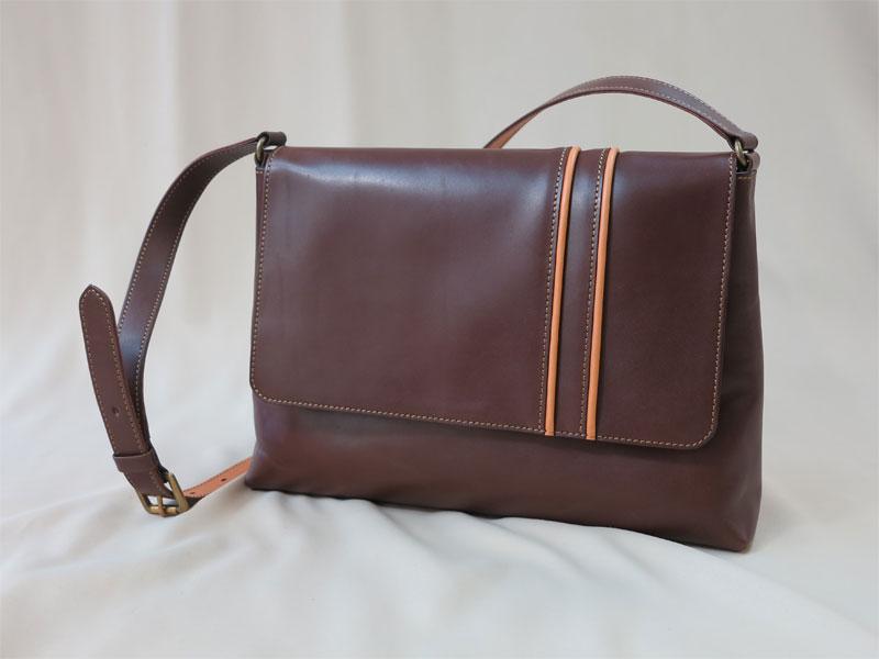 焦げ茶色のショルダーバッグ