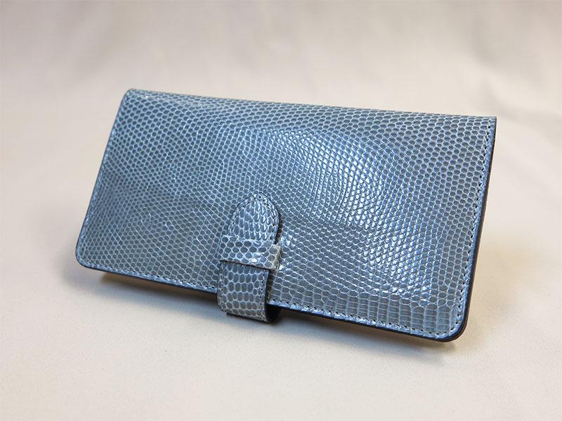 グレーのリザード革財布