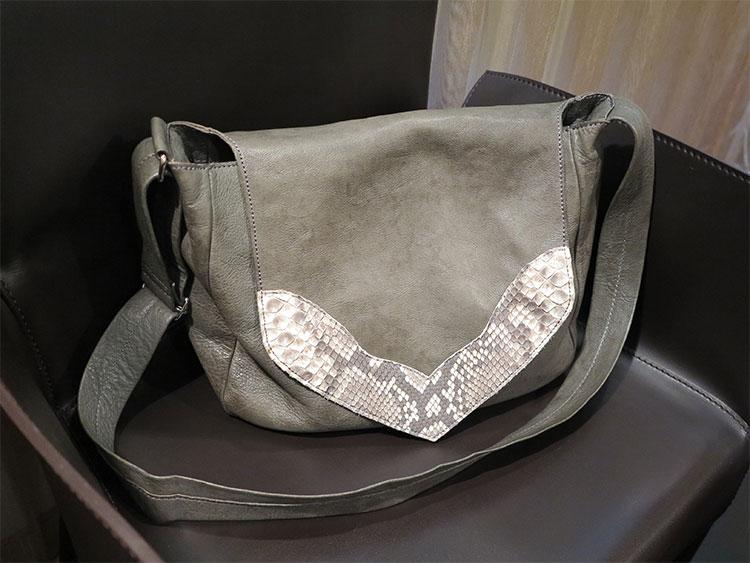 グレーの革のショルダーバッグ