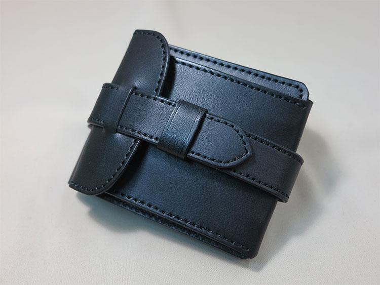 ベルト止めの二つ折り財布