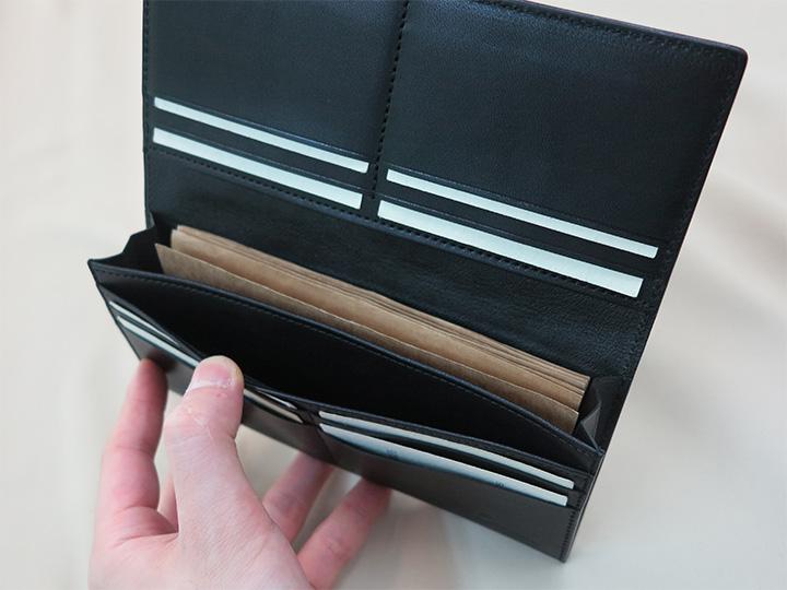 マチ付きの札入れポケットとマチなしポケット