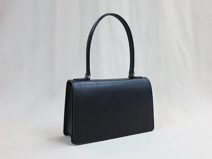黒色のシンプルなハンドバッグ