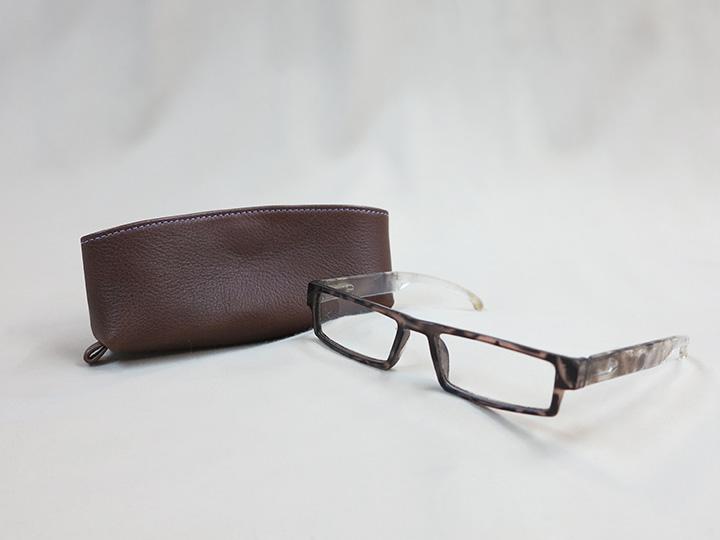 こげ茶色の革で作ったメガネケース