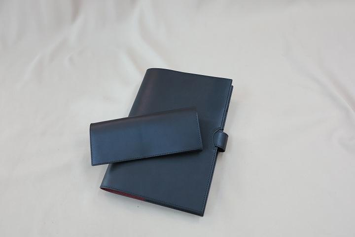 同じ黒色の牛革を使って作ったチケットケースと台本カバー